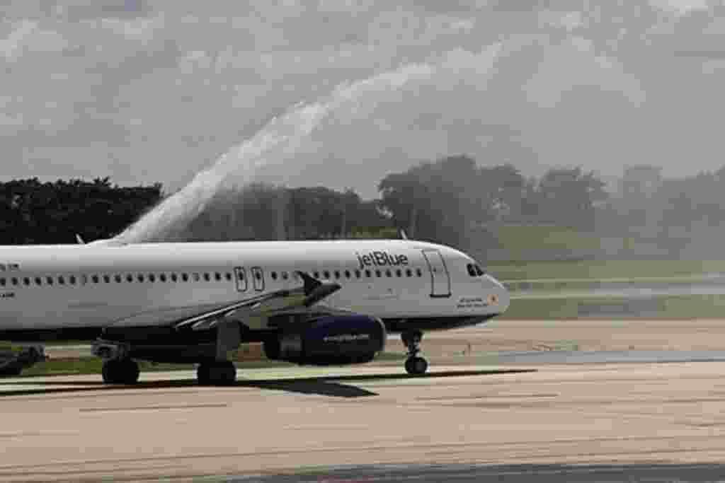 Previo a los cambios del presidente Obama, de 2011, solo los aeropuertos de Miami, New York y Los Ángeles estaban autorizados a hacer vuelos directo a la isla.