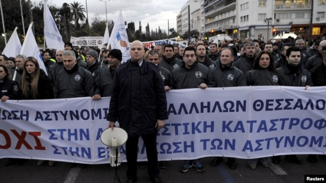 Police officers take part in a rally of uniformed staff of the public sector as they protest against planned pension reforms in central Athens, Greece, Feb. 5, 2016. Greece and its official lenders must conclude a first assessment of the country's compliance with agreed reforms as fast as possible, the government's spokeswoman said on Feb. 9, 2016.