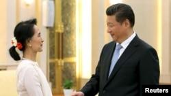 ប្រធានាធិបតីចិន Xi Jinping ចាប់ដៃស្វាគមន៍លោកស្រី Aung San Suu Kyi មេដឹកនាំគាំទ្រលទ្ធិប្រជាធិបតេយ្យនៃប្រទេសមីយ៉ាន់ម៉ា ក្នុងជំនួបមួយនៅឯ the Great Hall of the People ក្នុងទីក្រុងប៉េកាំង ប្រទេសចិន កាលពីថ្ងៃទី១១ ខែមិថុនា ឆ្នាំ២០១៥។