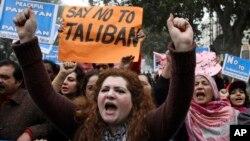 Kelompok-kelompok sipil Pakistan melakukan unjuk rasa menentang kelompok radikal, termasuk Taliban, dalam unjuk rasa di Lahore, Pakistan, Senin (5/1).
