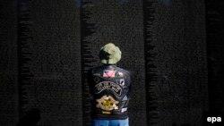 Cựu quân nhân Mỹ đứng trước Bức tường đá đen khắc tên hơn 58.000 chiến binh Mỹ tử trận hay mất tích trong chiến tranh Việt Nam tại thủ đô Washington.