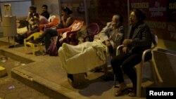 Los residentes costeros tuvieron que salir a la calle durante la noche, asustados por los temblores.
