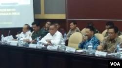 Menteri Pertahanan Ryamizard Ryacudu (baju putih di tengah) memberi pemaparan di depan lembaga kajian Majelis Permusyawaratan Rakyat di Gedung DPR/MPR di Jakarta, Rabu (27/2). (VOA/Fathiyah)