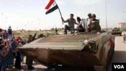 Tank-tank melaju di jalanan kota Daraa, Syria. (foto: dok)