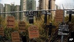 Carteles de protesta por los muertos y la escasez en Caracas, Venezuela.