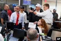El presidente de EE.UU. Donald Trump y la primera dama Melania Trump, hablan con funcionarios del Departamento de Seguridad Pública en el Centro de Operaciones de Emergencia establecido allí para responder a los daños causados por el huracán Harvey y las inundaciones provocadas por la tormenta. Agosto 29 de 2017.