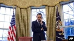 奧巴馬與梅德韋傑夫在電話中討論。(白宮圖片)