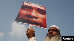 بھارتی شہر نئی دہلی میں ایک شخص میانمار میں روہنگیا مسلمانوں کے خلاف مظالم پر احتجاج کرتے ہوئے (فائل)