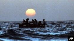 Las personas navegaban en rudimentarias embarcaciones en el Atlántico, informó la Guardia Costera.
