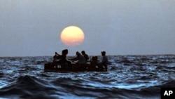 Miles de cubanos escapan cada año de la isla atravesando el Estrecho de la Florida en rústicas balsas.