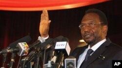 Pemimpin sementara Mali Dioncounda Traore saat melakukan sumpah jabatan di depan parlemen Mali 12 April 2012 (foto: dok).