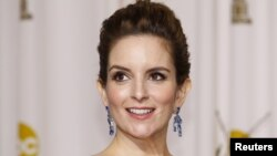 Aktris dan komedian Tina Fey pada acara Academy Awards ke-84 di Hollywood, California (26/2/2012). (Reuters/Mike Blake)
