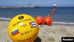 Una línea de boyas marcan el punto donde inicia el cable de fibra óptica que conecta Venezuela con Cuba, en La Guaira, estado de Vargas, Venezuela.
