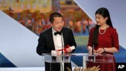 中國導演賈樟柯(左)在第66屆法國康城電影節上榮獲最佳編劇獎後發表演講。