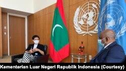 Menteri Luar Negeri Indonesia Retno Marsudi (kiri) bertemu dengan Presiden Sidang Majelis Umum PBB ke-76 sekaligus Menteri Luar Negeri Maladewa Abdullah Syahid dalam lawatannya di New York, Amerika Serikat, pada 21 September 2021. (Foto: KEMLU RI)