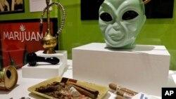 """Parafernalia exhibida como parte de la muestra """"""""Estados alterados: la marihuana en California""""."""