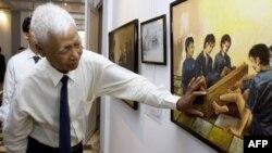 Ông Vann Nath giải thích về tác phẩm của ông trong cuộc triển lãm tranh ở Phnom Penh (ảnh chụp ngày 12/7/2007)