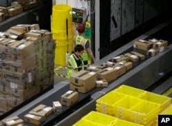انبار و کارگاه بستهبندی و توزیع آمازون در ساکرامنتو، کالیفرنیا - فوریه ۲۰۱۸