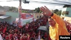 Presiden Venezuela Hugo Chavez (kanan) melambaikan tangan kepada para pendukungnya dalam kampanye pemilihan presiden Venezuela di Barquisimeto (14/7).