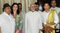 سچن ٹنڈولکر حلف اٹھانے کے بعد نائب بھارتی صدر حامد انصاری کے ہمراہ ٹنڈولکر کی اہلیہ بھی تقریب میں موجود تھیں۔