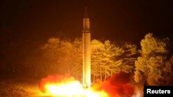 북한이 지난 28일 밤 자강도 무평리에서 동해로 발사한 '화성-14' 탄도미사일이 화염을 내뿜으며 솟아오르고 있다.