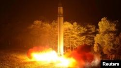 북한이 지난 28일 밤 대륙간탄도미사일급 '화성-14' 2차시험발사를 실시했다고 29일 보도했다.
