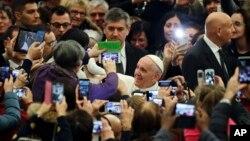 Paus Fransiskus tiba untuk bertemu dengan penduduk di Italia tengah yang dilanda gempa bumi, di aula Paus Paulus IV, di Vatikan, 5 Januari 2017. (AP Photo/Andrew Medichini).
