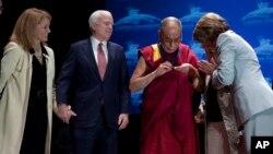 達賴喇嘛被授予蘭托斯人權獎,左一是美國國際宗教自由委員會主席卡特里娜‧蘭托斯‧斯維特