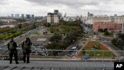 La police argentine sur le toit du centre culturel Kirchner lors du Forum sur l'Investissement et le Business, le 13 septembre 2016 à Buenos Aires.