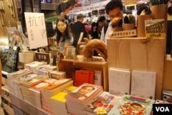 有關香港政治的書籍也是書展的焦點之一(美國之音湯惠芸)