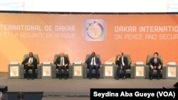 CICAD (Diamniadio), le Président Macky Sall (au centre) entouré par le PM français (gauche) et le Président de la Mauritanie (droite), le 18 novembre 2019. (VOA/Seydina Aba Gueye)