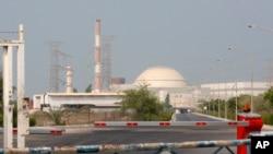 Bangunan reaktor pembangkit listrik tenaga nuklir Bushehr, 1.245 kilometer selatan ibu kota Teheran, Iran, 20 Agustus 2010. (Foto: dok).