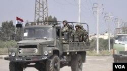 Tropas sirias entran a la ciudad de Deraa para reprimir a los manifestantes.