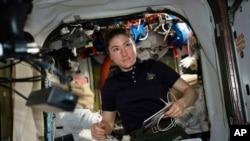 En esta foto del 8 de abril de 2019 proporcionada por la NASA, la astronauta e ingeniera de vuelo de la Expedición 59, Christina Koch, trabaja en trajes espaciales de EE.UU. en la Estación Espacial Internacional. Koch permanecerá a bordo hasta febrero de 2020.