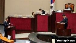 심윤조 한국 새누리당 의원이 11일 국회 본회의에서 김남식 통일부 차관(왼쪽)에게 외교·통일·안보 분야 대정부 질문을 하고 있다.