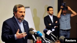 2013年5月26日叙利亚反对派联盟发言人萨菲(左)在伊斯坦布尔的一个记者会发表谈话。