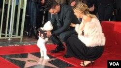 Adam Levine dan istrinya Behati Prinsloo serta bayi mereka Dusty Rose saat menerima bintang di Hollywood Walk of Fame (10/2). (VOA/Vina Mubtadi)