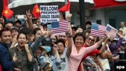 Người dân ở TpHCM chờ đón Tổng thống Obama, ngày 24/5/2016.