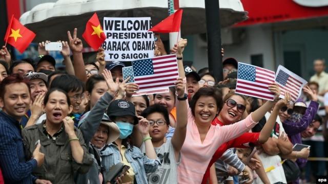 Người dân ở Sài Gòn chào đón Tổng thống Obama, ngày 24/5/2016.