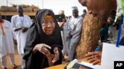 尼日利亚选举工作者从票箱里取文件