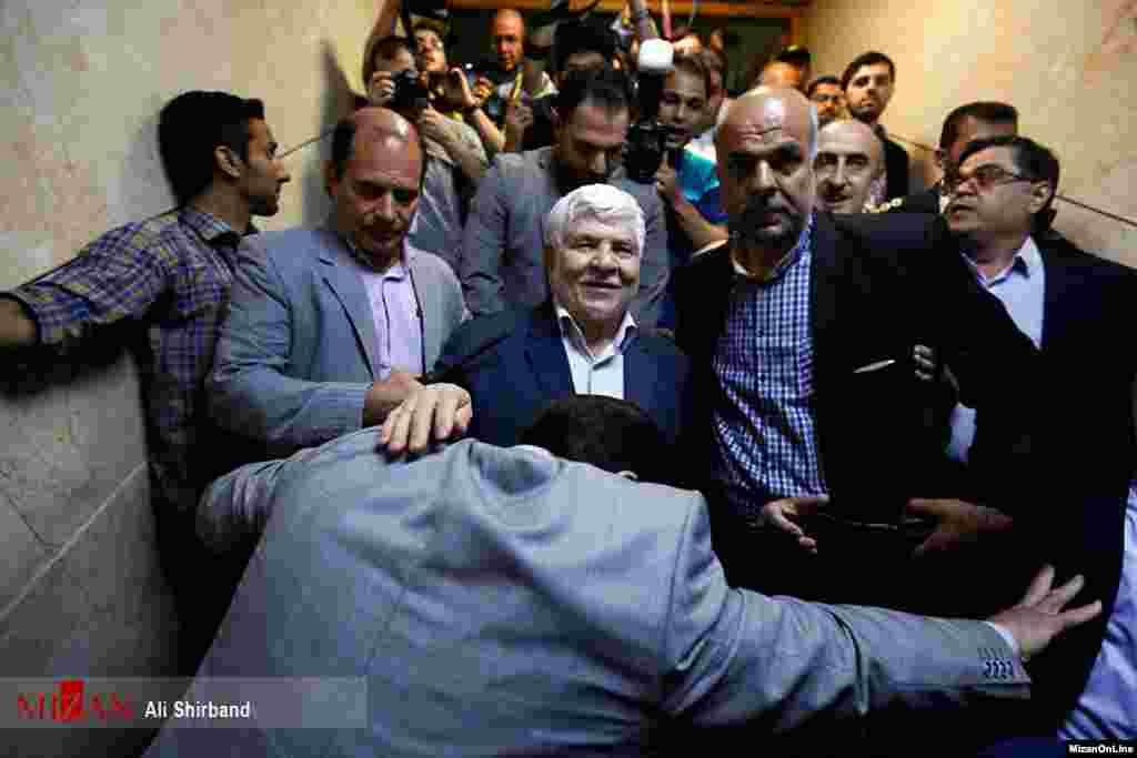 حضور محمد هاشمی در نام نویسی انتخابات ریاست جمهوری حتی با وجود مانع بر سر راهش عکس: علی شیربند