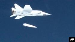 Истребитель МИГ-31 ВКС России запускает новую сверхвуковую ракету «Кинжал» в ходе испытаний