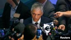 17일 마이클 로버 스위스 검찰총장이 베른에서 기자회견을 가진 후 기자들의 질문에 답하고 있다.