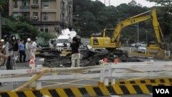 台北万芳路正在对下陷的道路进行修复