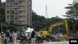 台北萬芳路正在對下陷的道路進行修復
