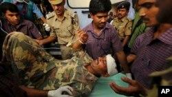 지난해 3월 인도의 모택동주의 반군에 습격으로 부상을 입은 인도 병사가 병원에 실려와 치료를 받고있다.
