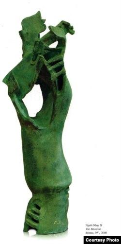 Từ trên xuống: (1) Người Nhạc Sĩ, 2000, Bronze 39''; (2) Cô Gái Mèo, 2000, Bronze 13''; (3) 'Thánh Đường, 2000, Bronze 13''