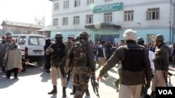 فائرنگ کے واقعے کے فوراً بعد سرینگر کے ایس ایم ایچ ایس اسپتال کے احاطے کا ایک منظر