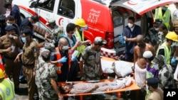이슬람 하지 성지순례 행사가 열린 24일 사우디 아라비아에서 압사 사고가 발생해 구조요원들이 부상자을 이송하고 있다.