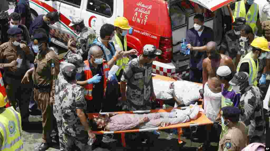 Les services d'urgence assistent les victimes de la bousculade de Mina, en Arabie Saoudite le 24 septembre 2015. (Photo AP)
